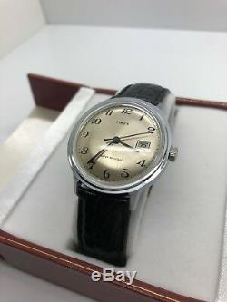 Nouveau Stock Vintage Timex Vieux Big Taille Des Hommes Manuel Day Tone Silver Wind Date De